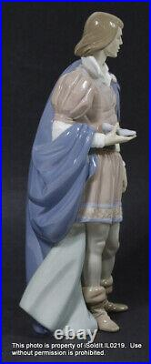 LLADRO PORCELINE FIGURINE The Prince Charming with Cinderella's Slipper #6092